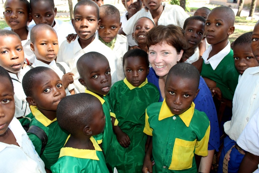 """Kristin mzungu og vennene. Ordet på swahili for """"kviting"""" er mzungu. Vi """"kvitinger"""" ble et populært og attraktivt innslag i skolehverdagen. Vi lærte dem sangen """"hode, skulder, kne og tå"""" på engelsk. Det ble en suksess."""