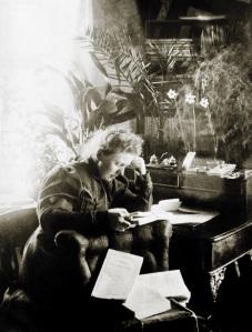Ellisif Wessel på sitt kontor ca 1900 -1910. Foto Ellisif Wessel. Arkiv: Finmarksbiblioteket, Vadsø.