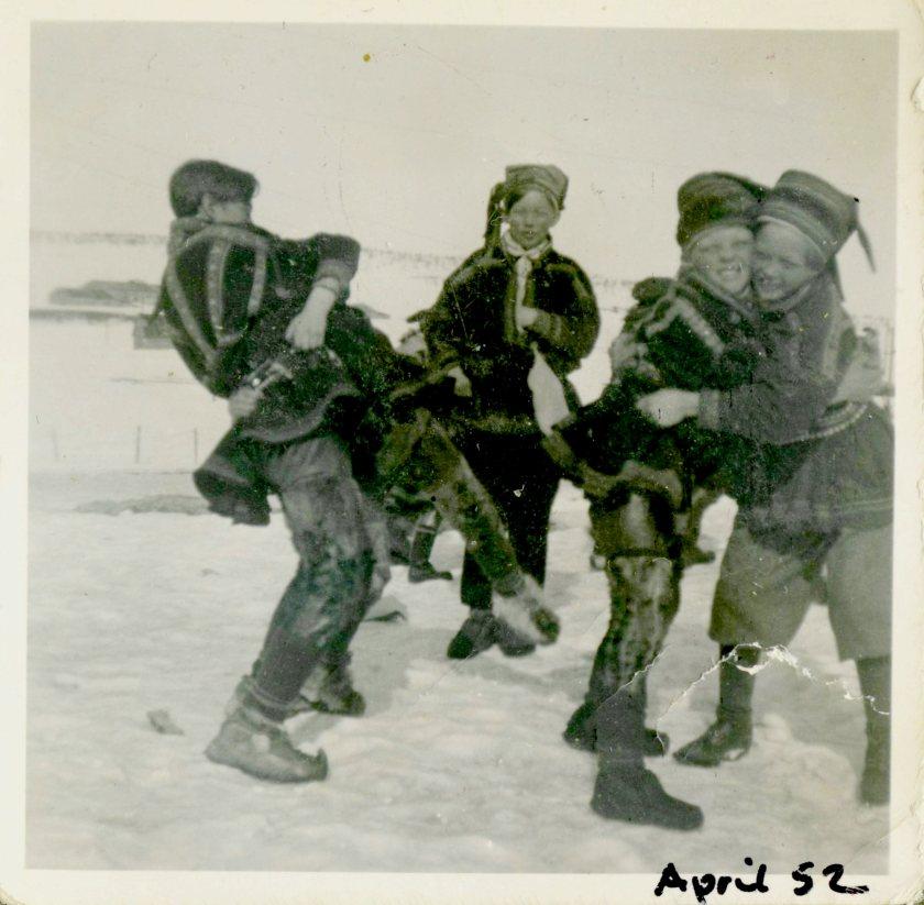 Vennlig «brytekamp» med venner i et friminutt. Tolv år gamle Odd Mathis er til venstre med ryggen til. Elevene hadde kofte, bellinger og kommager på seg på skolen. Foto: Privat