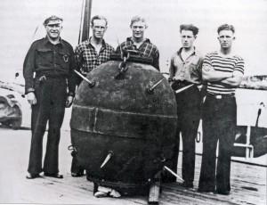 Mannskapet samla rundt ei hornmine. Fra v. kvartermester Knutsen, Horten, skipper Roald Kristiansen, Markus Jakobsen, Per Joakimsen, Aune fra Tromsø.