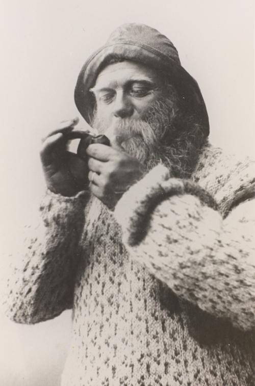Johannes Folgerø i islender og sydvest, med pipe. Bildet er tatt i 1904 av fotograf Louise Engen, Bodø, i forbindelse med fiskeriutstillinga i Bodø. Bildet er utlånt fra Helgeland Museum.