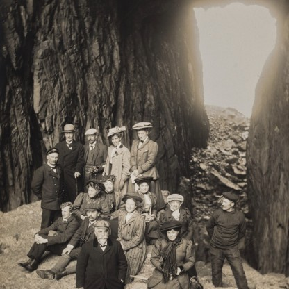 Torghatten 1909. Foto: Anders Beer Wilse. Arkiv: Universitetsbiblioteket i Bergen.